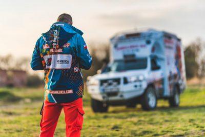 pracownik MTB Medica na tle ambulansu